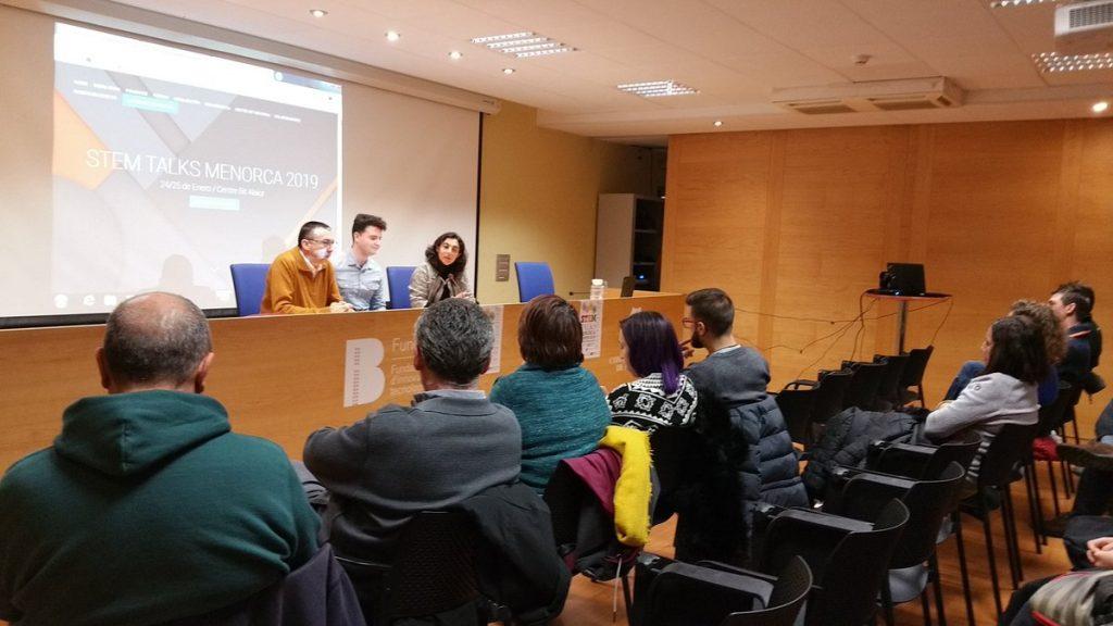 Miquel Àngel Maria, Conseller de Cultura i Educació del Consell Insular de Menorca; Alex Alemany, organitzador de GDG Menorca i de STEM Talks Menorca; i Carmen Crespo, gerent del Centre BIT Menorca, presenten les STEM Talks Menorca